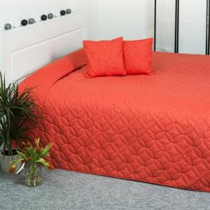 červený prehoz na posteľ